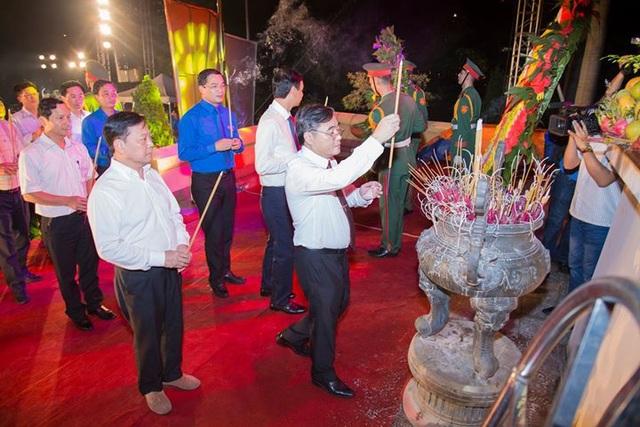 Lễ dâng hương, hoa tưởng niệm tại lễ đài.