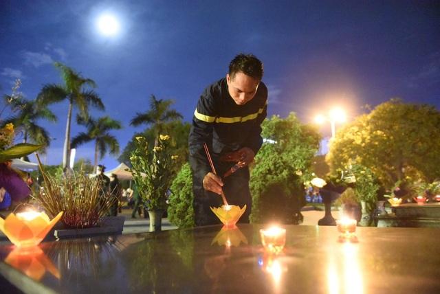 Chiến sĩ Nguyễn Quang Quyền - Cảnh sát PCCC số 2, cho biết, bố anh cũng là thương binh. Đây là lần thứ hai anh đến làm lễ tri ân tưởng nhớ các anh hùng liệt sĩ.