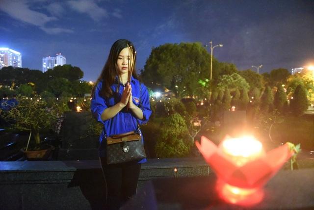 Bạn Nguyễn Hoàng Mai Linh, sinh viên trường Cao đẳng Thương mại và Du lịch cho biết: Đây là lần đầu tiên em đến nghĩa trang làm lễ tri ân tưởng nhớ các anh hùng liệt sĩ. Em rất bồi hồi và biết ơn các anh hùng liệt sĩ đã hi sinh xương máu vì nền độc lập, tự do của dân tộc.