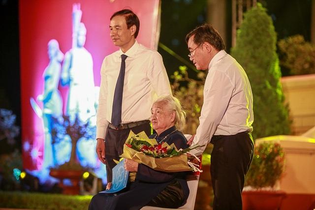Chương trình cũng tổ chức giao lưu với các Mẹ Việt Nam Anh hùng, thân nhân liệt sĩ. Trong ảnh là Mẹ Việt Nam anh hùng Đỗ Thị Nhuận xúc động nhận bó hoa tươi thắm.