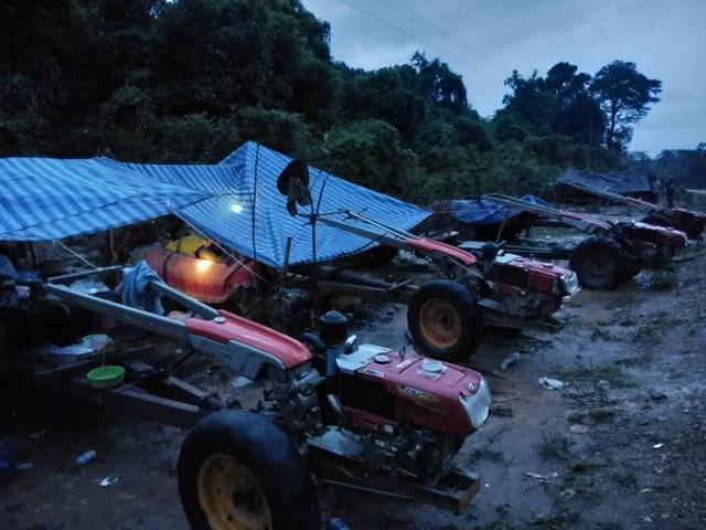 Người dân phải ngủ tạm trên những chiếc xe công nông được phủ bạt sau khi di chuyển khỏi vùng ngập nước