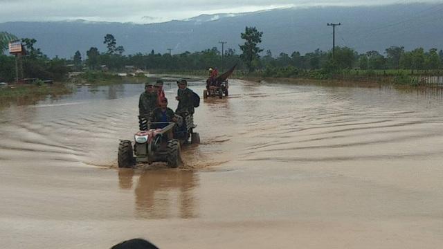 Nước vẫn còn ngập khá sâu gây khó khăn trong việc di chuyển