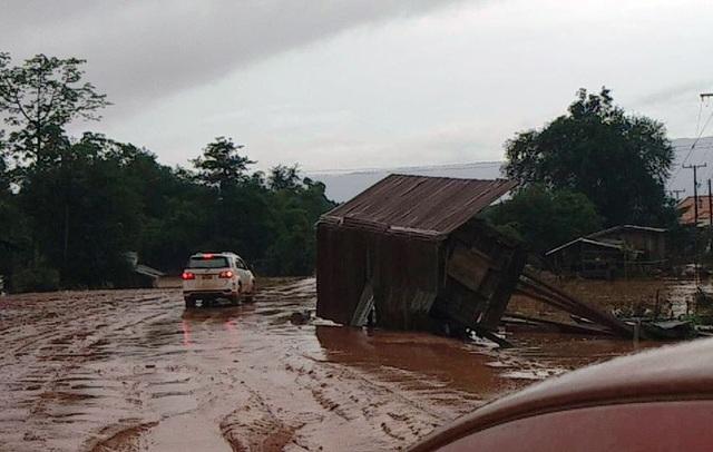 Nhiều căn nhà bị lũ cuốn trôi nên người dân ở 6 bản huyện Sanamxay (Tỉnh Attapeu, Lào) phải di dời ra sống tại khu tập kết