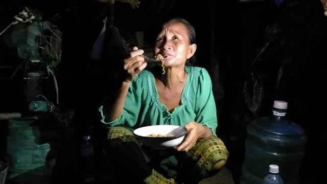 Người phụ nữ ăn tạm mì gói được tiếp tế