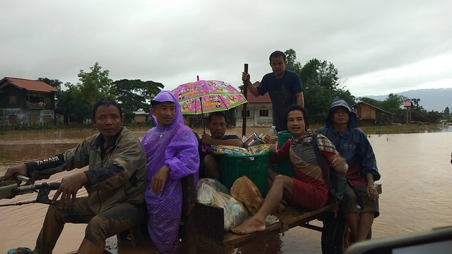 Những chiếc xe máy cày đưa người dân đến khu vực an toàn
