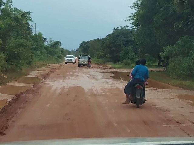 Trời đổ mưa nên đường vào các thôn bản trơn trượt, lầy lội