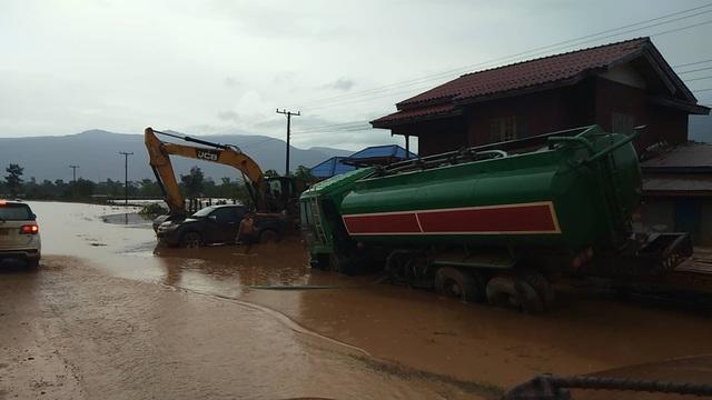Nhiều phương tiện, máy móc không thể di chuyển do nước ngập