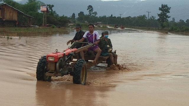 (Trực tiếp từ Lào): Các đoàn cứu trợ liên tục vào vùng rốn lũ - 4