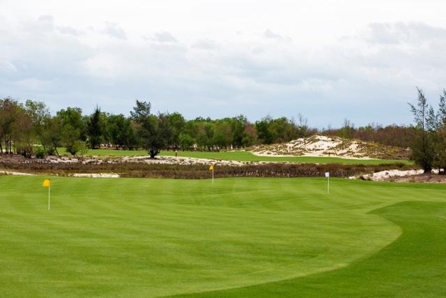 Những hố golf đầu tiên của FLC Quang Binh Golf Links khiến nhiều người choáng ngợp bởi vẻ đẹp nên thơ, hùng của nắng gió Quảng Bình. Sự pha trộn của những đường cỏ mềm mại với sự gai góc, cứng cỏi của nắng gió và thảm thực vật nơi đây.