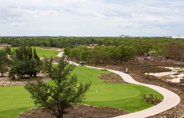 """Được biết, chính Brian Curley - người đứng thứ 4 trong bảng xếp hạng """"Kiến trúc sư của năm"""" do Golf Magazine bình chọn, là người đã thiết cho FLC Quang Binh Golf Links. Không thấy san núi, bạt rừng, cứ thuận theo lẽ tự nhiên mà vẽ, nhà thiết kế nổi tiếng Brian Curley tiếp tục thể hiện tài đọc địa hình của mình khi bảo tồn gần như tất cả dấu vết mà thời gian bỏ lại về một vùng đẩt ven biển khắc nghiệt nhất Việt Nam.Trên nền cát trắng từ ngàn đời, các đồi cát , đụn cát đuổi nhau như lớp sóng giờ đây được khoác lên mình màu xanh của cỏ tạo nên những đường golf tràn đầy sức sống."""