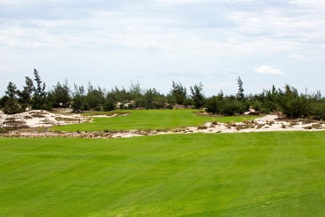 Một góc ấn tượng của 18 hố đầu tiên FLC Quang Binh Golf Links.