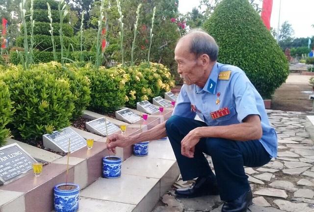 Năm nào cũng vậy, đến chiều 26/7 hoặc trễ lắm là sáng 27/7, ông mặc quân phục chỉnh tề đến thắp hương cho các anh hùng liệt sĩ tại nghĩa trang huyện Lai Vung.