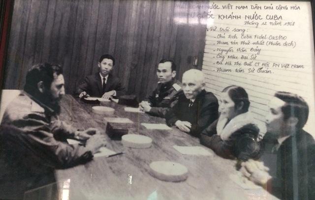 Phi công Nguyễn Văn Bảy (người thứ ba bên phải) năm 1968 cùng các đại biểu Việt Nam hội đàm cùng Chủ tịch Fidel Castro