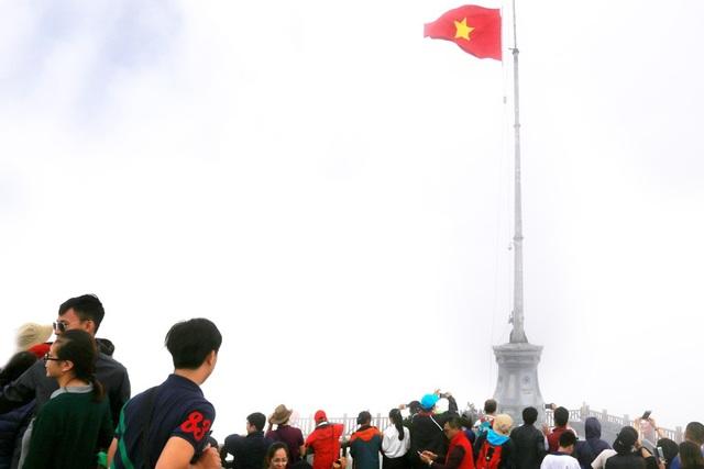 Lễ thượng cờ đặc biệt trên đỉnh Fansipan dịp kỷ niệm ngày 27/7 - 2