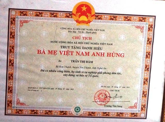 Mặc dù được nhà nước truy tặng Bà mẹ VNAH nhưng chỉ công nhận đối với hai người con đẻ còn liệt sĩ con nuôi thì không.