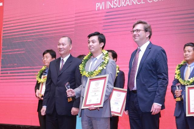 Ông Vũ Văn Thắng (giữa) – Phó Tổng Giám đốc Bảo hiểm PVI nhận Giấy chứng nhận từ Ban tổ chức