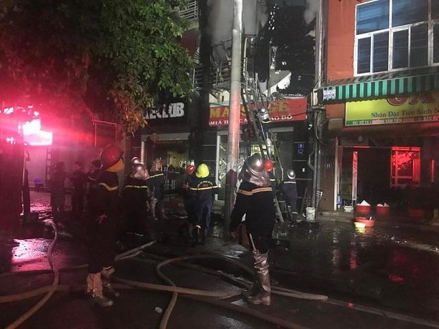 Lực lượng PCCC nhanh chóng có mặt tại hiện trường để tổ chức dập lửa.