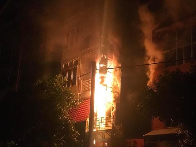 Lửa nhanh chóng bốc lên bao trùm cả ngôi nhà 5 tầng.