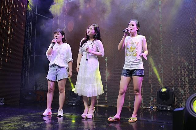 Thuỳ Chi hát chung với khán giả
