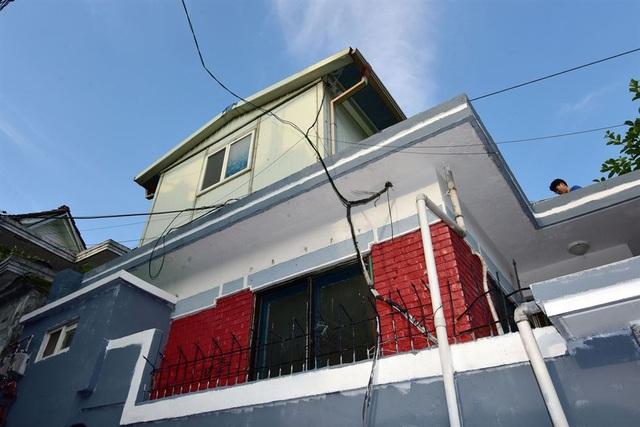 Thị trưởng Seoul Park Won-soon và vợ mới đây đã quyết định rời khỏi dinh thự rộng rãi với đầy đủ trang thiết bị tại khu đất đắt đỏ ở trung tâm thủ đô Seoul để chuyển tới sống tại một căn hộ nằm trên gác mái ở Samyang-dong, phía bắc Seoul. Đây vốn là khu vực kém phát triển với những căn nhà dành cho người có thu nhập thấp tại Seoul.