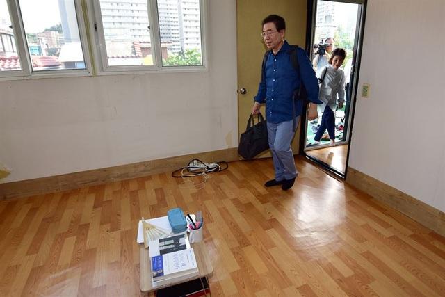 Những người chỉ trích Thị trưởng Park nói rằng ông chỉ đang đánh bóng hình ảnh cá nhân. Tuy nhiên nhà lãnh đạo thủ đô của Hàn Quốc cho biết quyết định chuyển tới sống tại sống tại căn hộ trên gác mái xuất phát từ cam kết trước đây của ông về việc tìm hiểu những vấn đề mà người dân Seoul đang phải đối mặt và ông không thể nhận ra những vấn đề đó nếu chỉ ngồi trong văn phòng ở trung tâm.