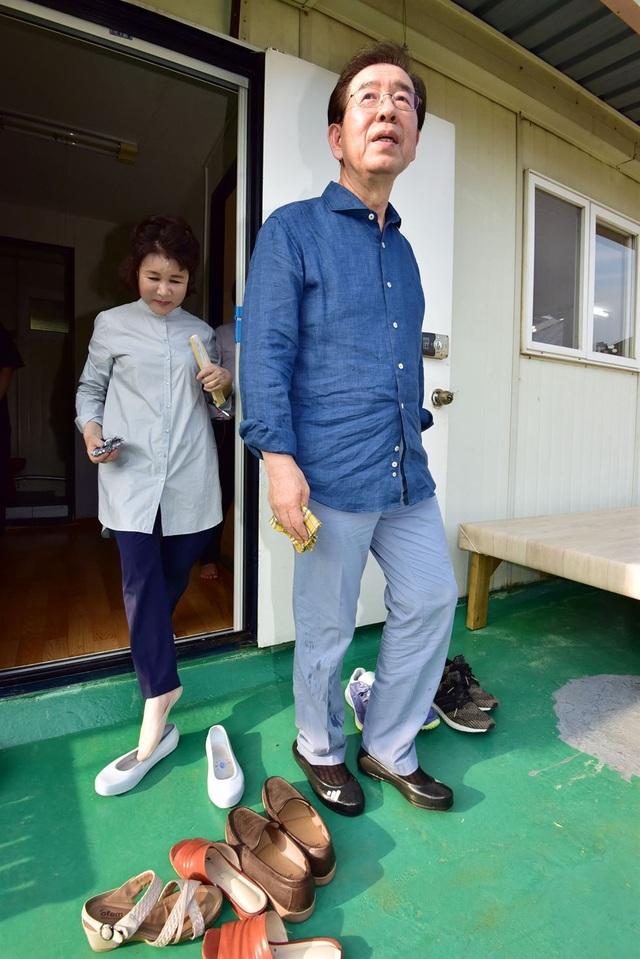"""""""Tôi tin rằng cả vấn đề và cách giải quyết vấn đề đều nằm ở cuộc sống thực tế, chứ không phải ở văn phòng thị trưởng. Lần đầu tiên tới Seoul sau khi tốt nghiệp trung học, tôi từng sống trong một căn nhà được xây bên sườn núi. Vì thế tôi không lạ lẫm với môi trường sống như thế này"""", ông Park nói về nơi ở mới của mình."""