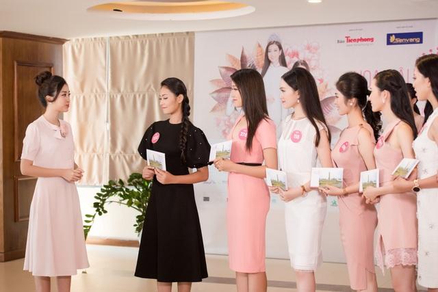 Đỗ Mỹ Linh hướng dẫn các thí sinh bước vào chương trình nhân ái.