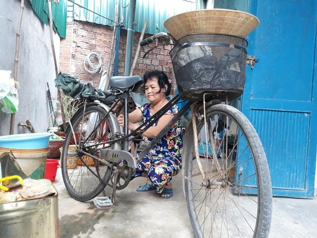 Chiếc xe cà tàng luôn được chuẩn bị sẵn sàng nhưng cả tháng qua bà Ngan chưa thể ra khỏi nhà đi mua ve chai