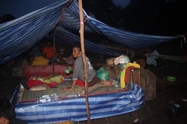 Nhiều người dân dựng căn nhà tạm bên đường để sống và chăm sóc đàn bò