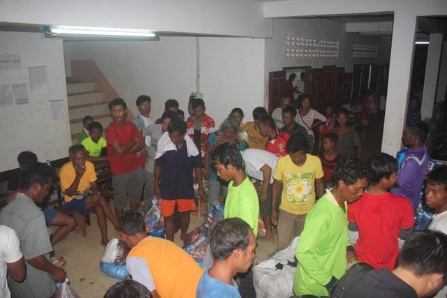 Hàng trăm người dân ở các bản thuộc huyện Samaxay đang trú tại khu tập kết
