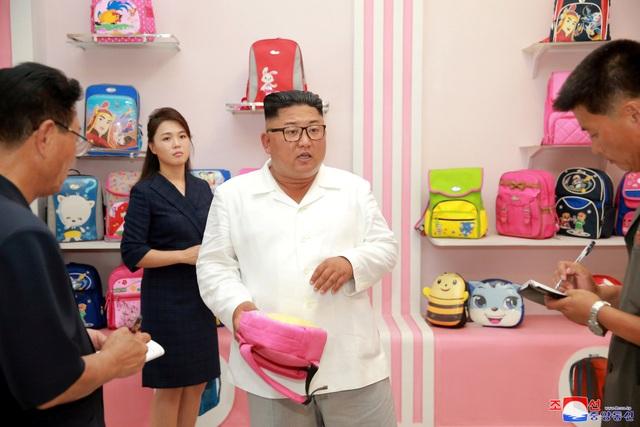 Tháp tùng ông Kim Jong-un tới nhà máy sản xuất túi là Đệ nhất phu nhân Ri Sol-ju và các quan chức Triều Tiên.