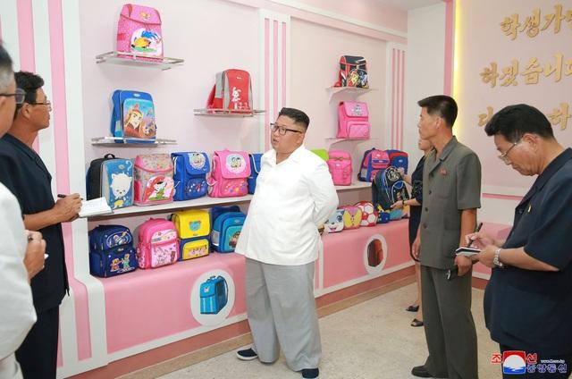 Trong chuyến thăm tới nhà máy túi, nhà lãnh đạo Kim Jong-un đánh giá cao nỗ lực của các thương binh trong nhà máy khi tạo ra những sản phẩm chất lượng tốt.