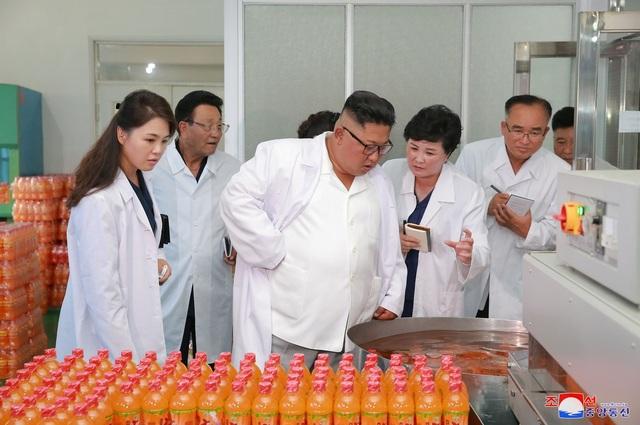 Cùng ngày, Đệ nhất phu nhân Ri Sol-ju và nhà lãnh đạo Kim Jong-un cũng đã tới thăm nhà máy thực phẩm tổng hợp Songdowon tại tỉnh Kangwon.