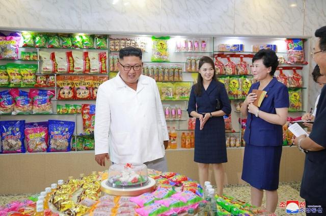 """Phát biểu trong chuyến thăm tới nhà máy thực phẩm, ông Kim Jong-un khen ngợi những nỗ lực của các cán bộ làm việc tại nhà máy vì đã """"hiện đại hóa quy trình sản xuất và cải thiện chất lượng sản phẩm""""."""