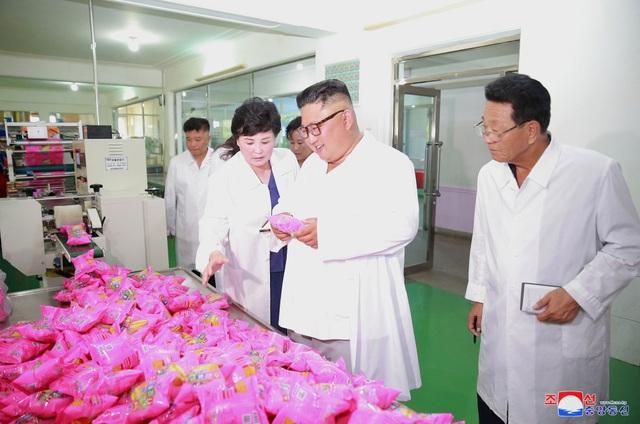 Chuyến thăm tới hai nhà máy túi xách và thực phẩm đánh đấu ngày thứ 3 liên tiếp truyền thông Triều Tiên đưa tin về các chuyến thị sát của ông Kim Jong-un tới các cơ sở sản xuất.