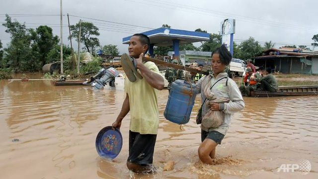 Người dân Lào bắt đầu trở về nhà sau khi nước rút. (Ảnh: AFP)