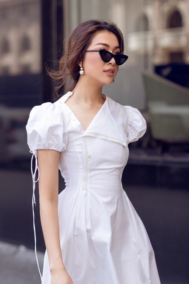 Trong bộ ảnh mới, lựa chọn những chiếc váy mang màu sắc cổ điển, chân dài hóa quý cô sang trọng nhưng không kém phần nổi bật.