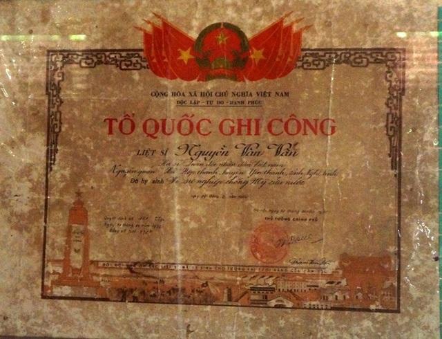 Bản trích lục và bằng tổ quốc ghi công của liệt sĩ Nguyễn Văn Vấn.