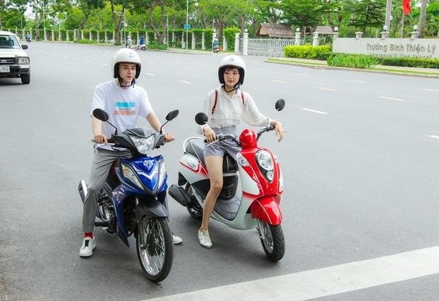 Ca sĩ Hiền Hồ và Kar Nguyễn sử dụng xe Elite 50cc và Galaxy 50cc khi tham gia giao thông