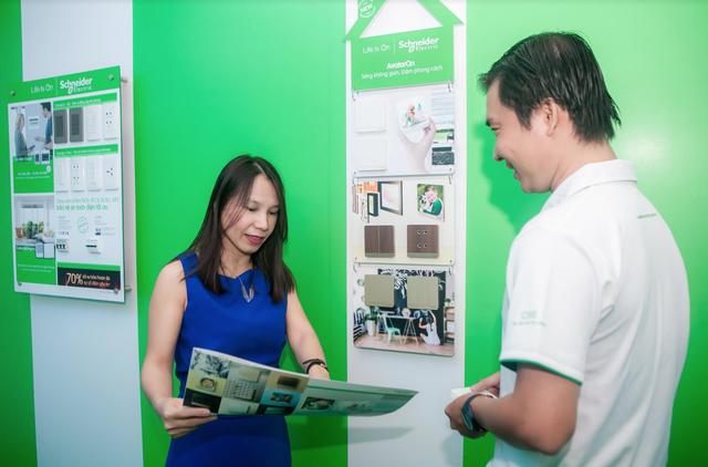 Bà Phạm Thị Cẩm Bình chia sẻ về các dòng sản phẩm thuộc ngành thiết bị dân dụng của Schneider Electric