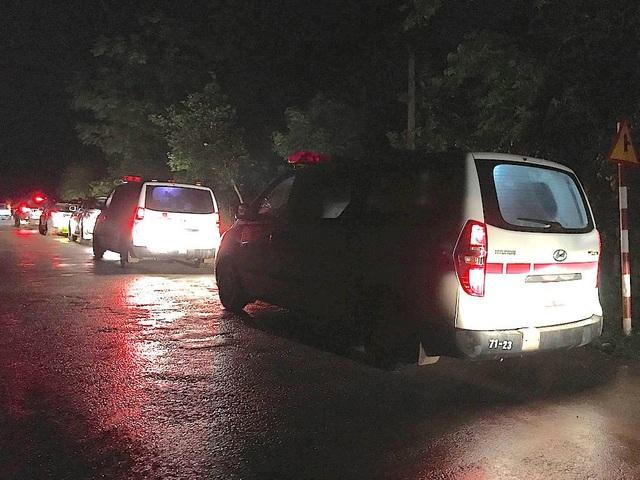 Những chiếc xe cứu thương đưa thi thể hai chiến sĩ về Nhà tang lễ BVQK4 để làm lễ truy điệu.