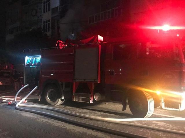 Quán karaoke 5 tầng bốc cháy dữ dội trong đêm - 2