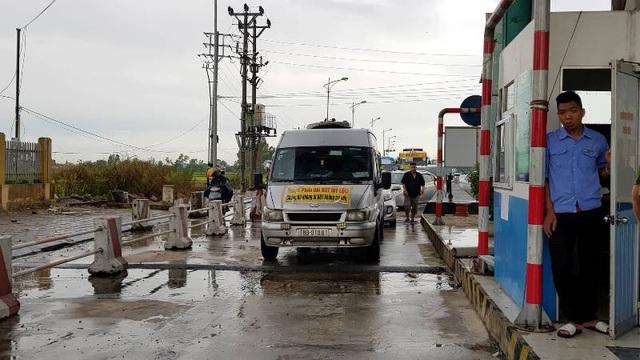 """Việc thu phí ở BOT Mỹ Lộc cũng gần như """"đóng băng"""", mặc dù trạm vẫn cắt cử nhân viên thường trực tuy nhiên các xe qua đây không phải dừng lại để trả phí."""