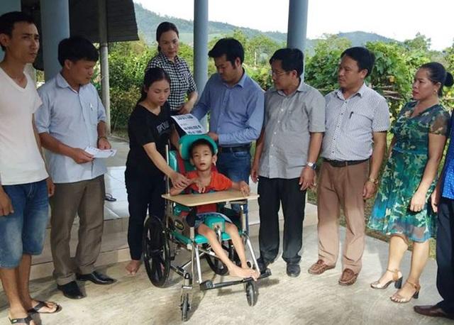 PV Dân trí trao quà bạn đọc đến hỗ trợ gia đình cháu Nam