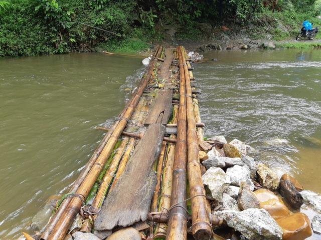 Cây cầu làm bằng tre bắc qua thôn Khuổi Luồn và thôn Chiến Thắng thuộc xã Hữu Sản, huyện Bắc Quang, tỉnh Hà Giang không đảm bảo an toàn mỗi khi mưa lũ