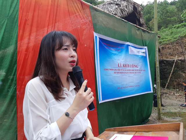 Bà Trần Thị Như Trang, Giám đốc Quỹ Vì Tầm Vóc Việt hi vọng với cây cầu do Quỹ tài trợ qua báo Dân trí sẽ giúp bà con, thầy cô giáo học sinh thuận lợi hơn trong giao thông cũng như đến trường trong năm học mới sắp đến
