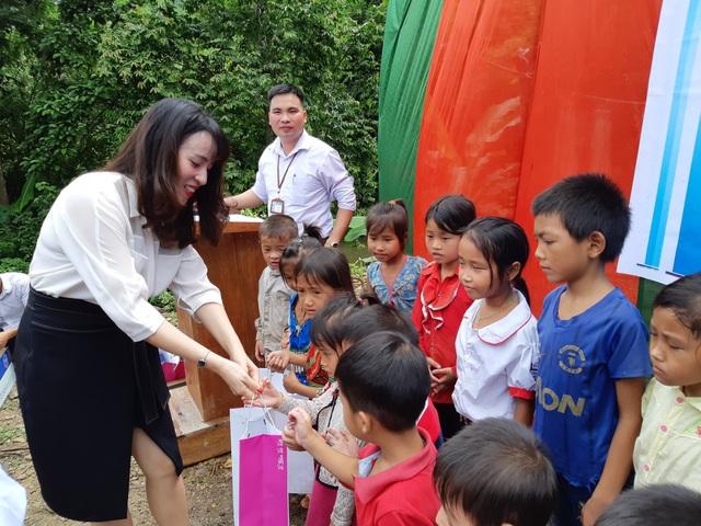 Bà Trần Thị Như Trang, Giám đốc Quỹ Vì Tầm Vóc Việt trao các phần quà là sữa tươi sạch nhãn hàng TH True Milk