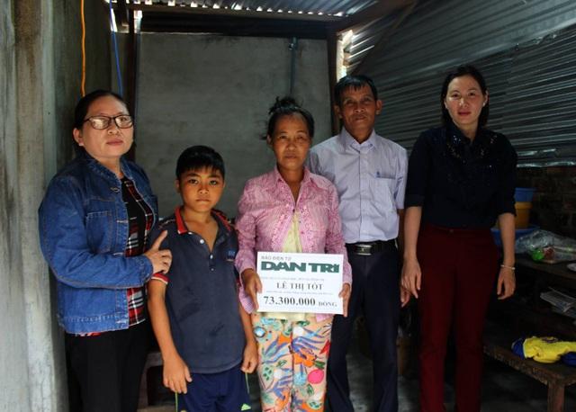 Bà Lê Thị Kim Chung cùng các hội đoàn thể của xã Hòa Thắng trao số tiền 73.300.000 đồng cho hai mẹ con chị Lê Thị Tốt