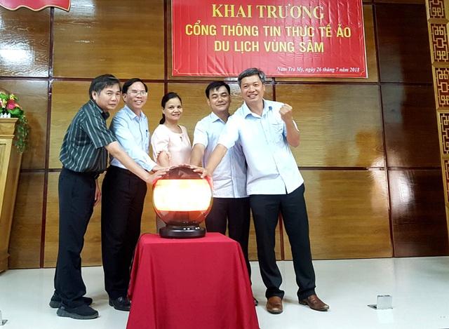 Lãnh đạo địa phương bấm nút khai trương cổng thông tin du lịch vùng sâm Ngọc Linh