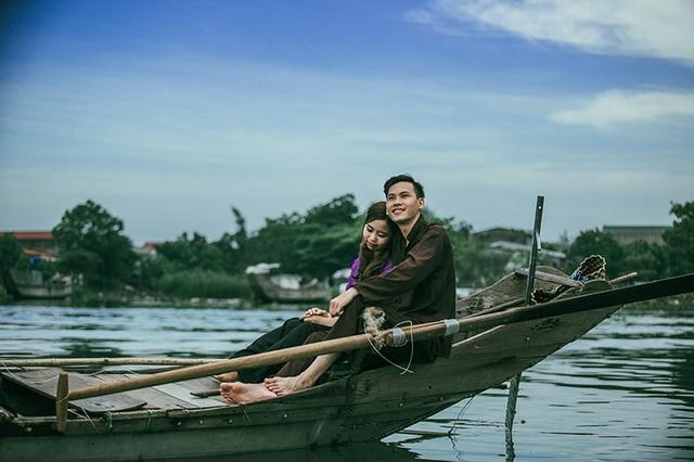 Văn Dệ và Thanh Huyền đã dành trọn một ngày lênh đênh trên con thuyền nhỏ để có được những khoảnh khắc chân thật nhất. Nhiếp ảnh gia Nguyễn Văn Thông – người thực hiện bộ ảnh chia sẻ, vì chụp ở sông nước nên giữ cân bằng rất khó, nhưng cặp đôi đã thể hiện trọn vẹn cảm xúc.